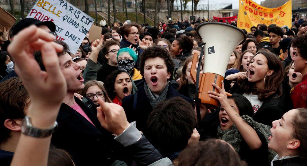 خروج الطلاب للاحتجاج على رسوم التعليم الجديدة في شوارع باريس، فرنسا 7 ديسمبر/ كانون الأول 2018