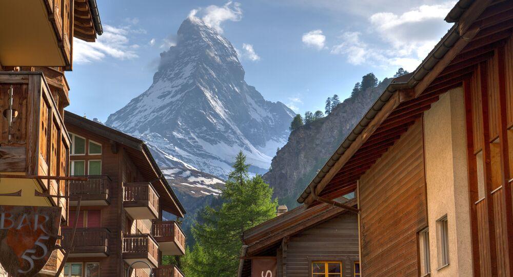 مشهد يطل على ماترهورن في جبال الألب بينيني على حدود سويسرا وإيطاليا