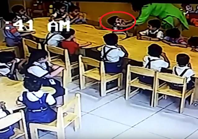 معلمة تعاقب طفلين بطريقة غريبة