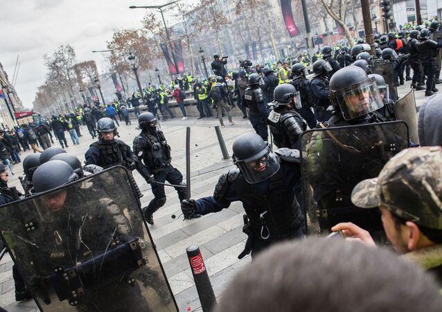 الشرطة الفرنسية تعمل على تفريق متظاهري السترات الصفراء بالقرب من قوس النصر في باريس، فرنسا، ديسمبر/ كانون الأول 2018