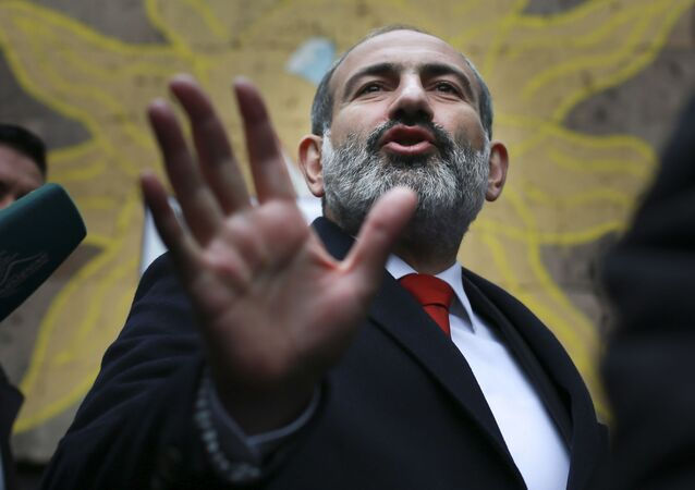 رئيس الوزراء الأرمني نيكول باشينيان من أمام مركز لصناديق الاقتراع، الانتخابات المبكرة، في مدينة يريفان، أرمينيا 9 ديسمبر/ كانون الأول 2018