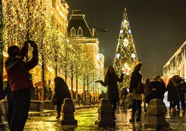 تزيين شجرة عيد الميلاد والمحل التجاري غوم على الساحة الحمراء بزينة أعياد الميلاد في موسكو
