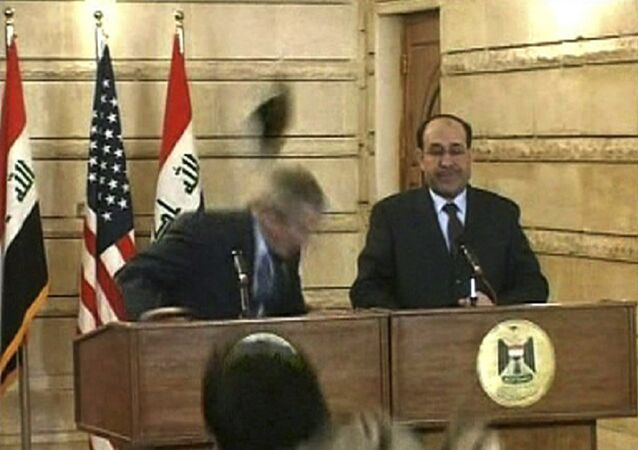 الصحفي العراقي منتظر الزيدي يلقي حذائيه على الرئيس السابق للولايات المتحدة، جورج  بوش الأبن