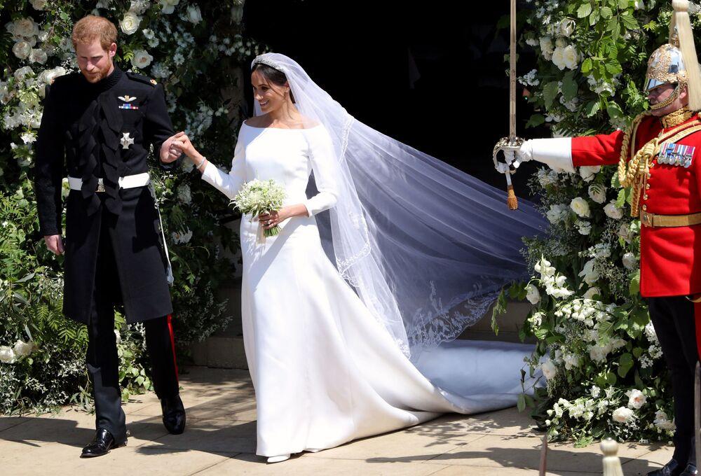 الأمير هاري ودوقة ساسيكس ميغان ماركل أثناء خروجهما من كنيسة القديس جورج في قلعة وندسور ، 19 مايو/ أيار 2018