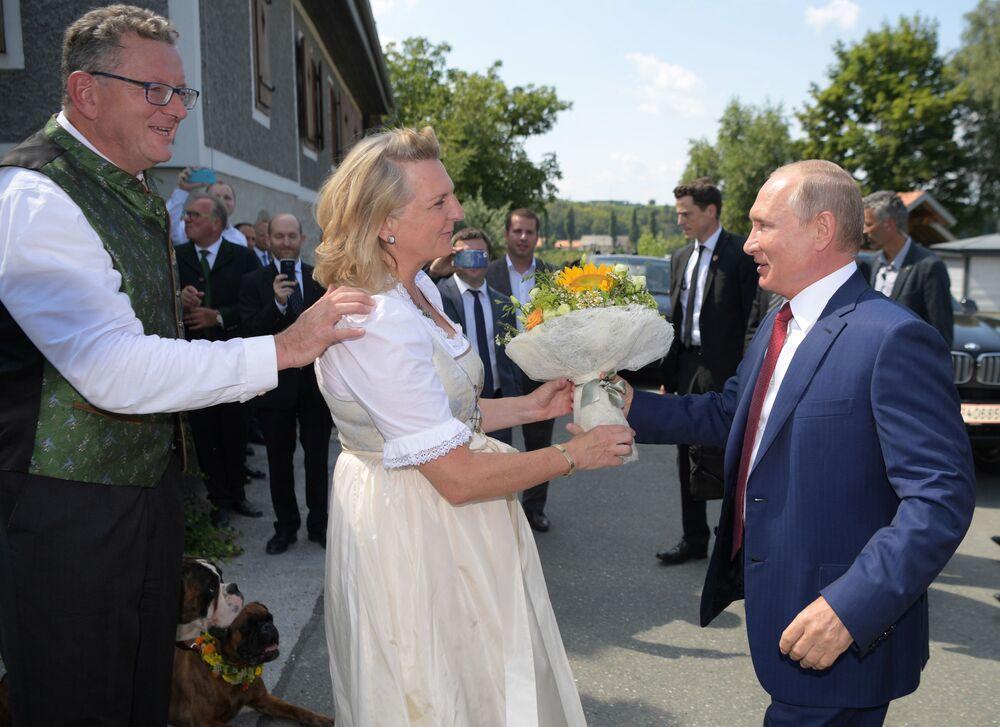 الرئيس فلاديمر بوتين بين الحضور في زفاف وزيرة الخارجية النمساوية كارين كنايسل ورجل أعمال فولفغانغ مايلينغير، 18 أغسطس/ آب 2018
