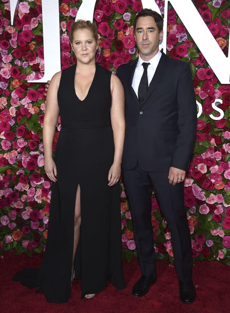 الممثلة الكوميدي آمي شومر وزوجها كريس فيشر أثناء وصولهما للحفل السنوي (الحفل الـ 72)  لتوزيع جوائز توني أواردز في قاعة رادية ميزيك هول في نيويورك، 10 يونيو/ حزيران 2018