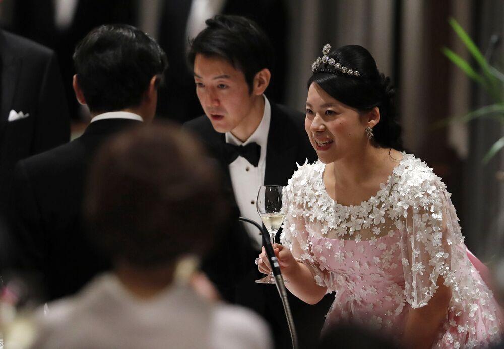 الأميرة اليابانية السابقة (التي تخلت عن مسماها الإمبراطوري من أجل عريسها) أياكو موريا وزوجها كاي موريو، في طوكيو 30 أكتوبر/ تشرين الأول 2018