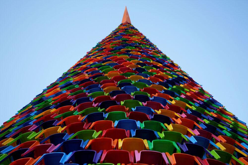 شجرة عيد الميلاد مركبة من كراسي البلاستيك في ساحة ماكروبلازا في مدينة مونتيري، المكسيك 26 نوفمبر/ تشرين الثاني  2018