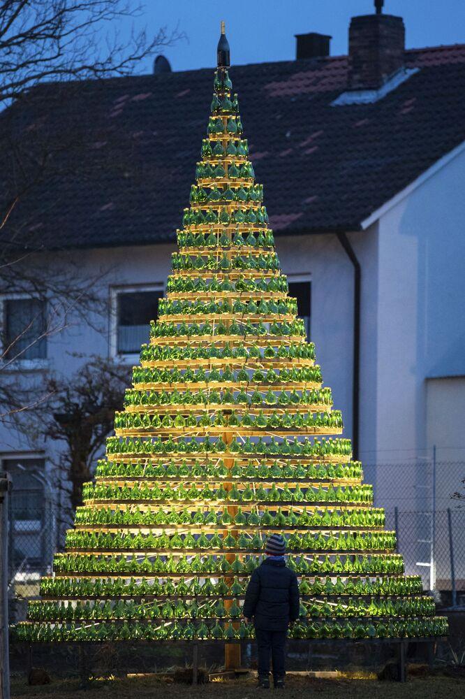 شجرة عيد الميلاد مركبة من 1099 زجاجة من نبيذ Bocksbeutel في نوردهايم أم ماين، جنوب ألمانيا 28 نوفمبر/ تشرين الثاني 2018