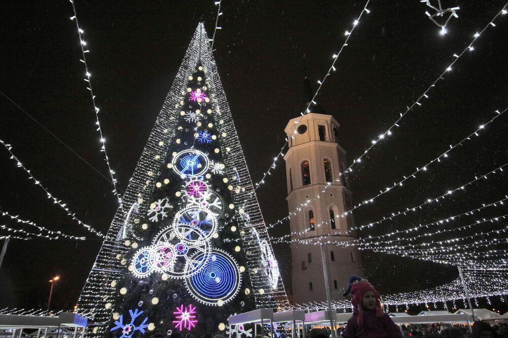 شجرة عيد الميلاد في ساحة الكتدرائية في مدينة فيلنيوس، ليتوانيا 1 ديسمبر/ كانون الأول 2018