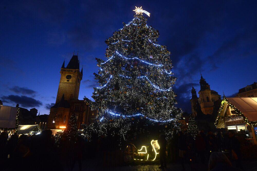 شجرة عيد الميلاد في ساحة البلدة القديمة في مدينة براغ، عاصمة جمهورية التشيك، 4 ديسمبر/ كانون الأول 2018