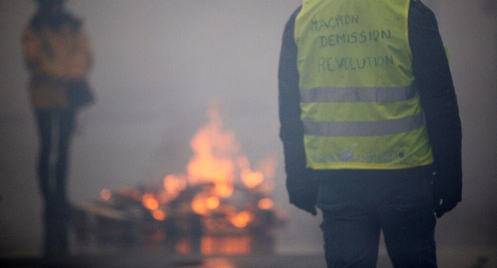 الشرطة تطلق الغاز المسيل للدموع خلال اشتباكات مع أصحاب السترات الصفراء