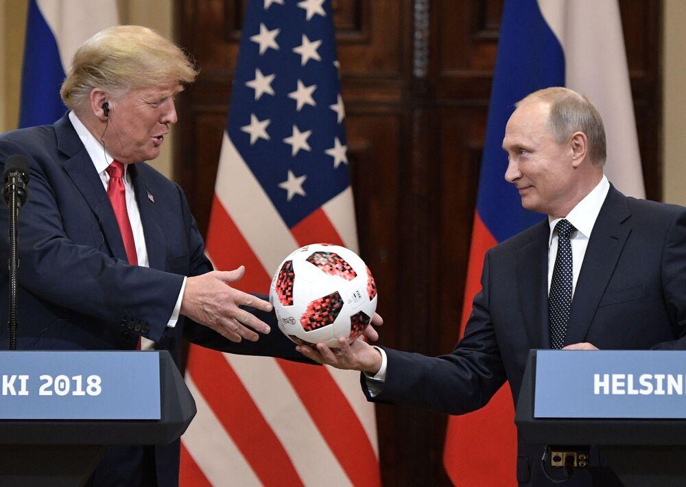 الرئيس الروسي فلاديمير بوتين يهدي الرئيس الأمريكي دونالد ترامب كرة القدم روسيا 2018 خلال قمة هلسنكي، 16 يوليو/ تموز 2018