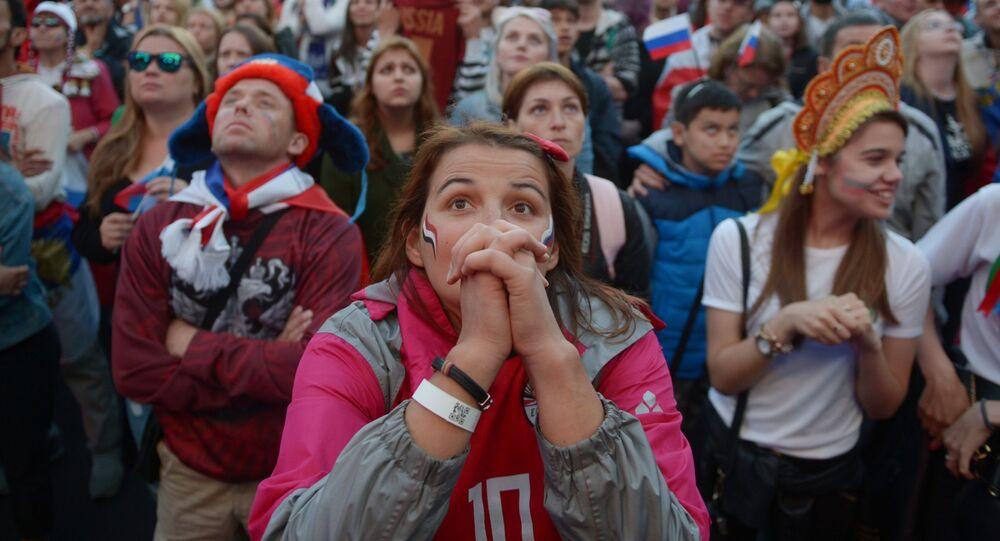 مشجعون يتابعون البث المباشر لمباراة روسيا ومصر، مرحلة المجموعة، لبطولة فيفا كأس العالم في روسيا 2018، مدينة سان بطرسبورغ