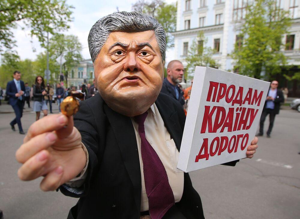 مشاركون في فعالية احتجاجية ضد الرئيس الفعلي بيترو بوروشينكو في كييف، أوكرانيا