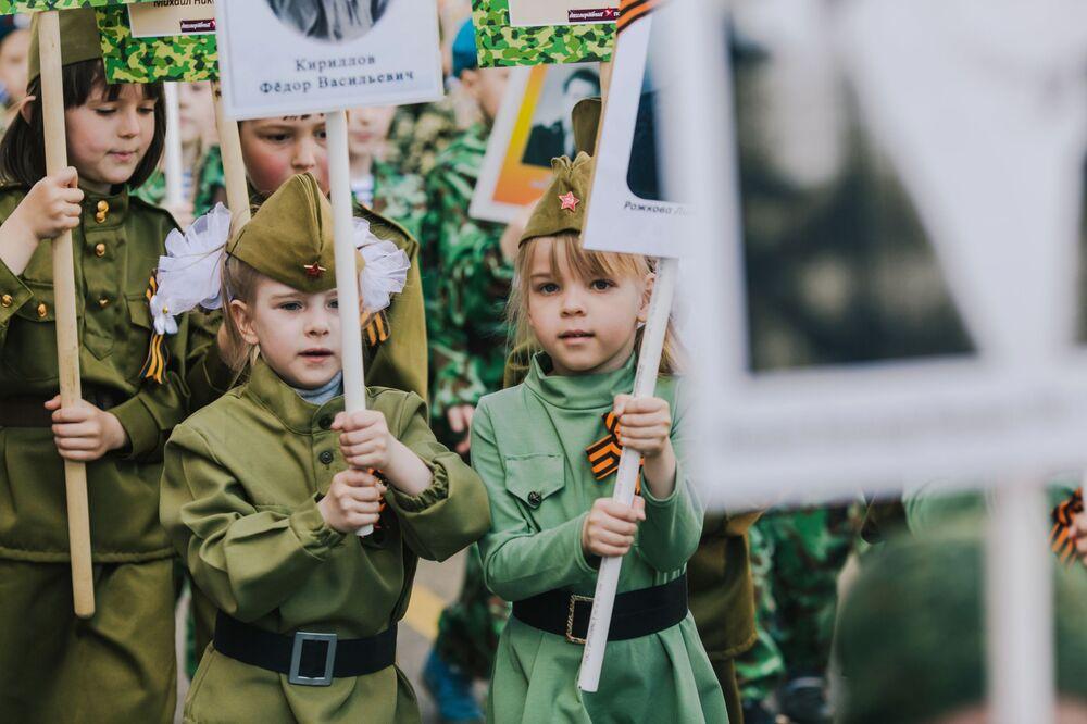 أطفال صغار يشاركون في مسيرة الفوج الخالد في إيفانوفو، روسيا 9 مايو/ أيار 2018