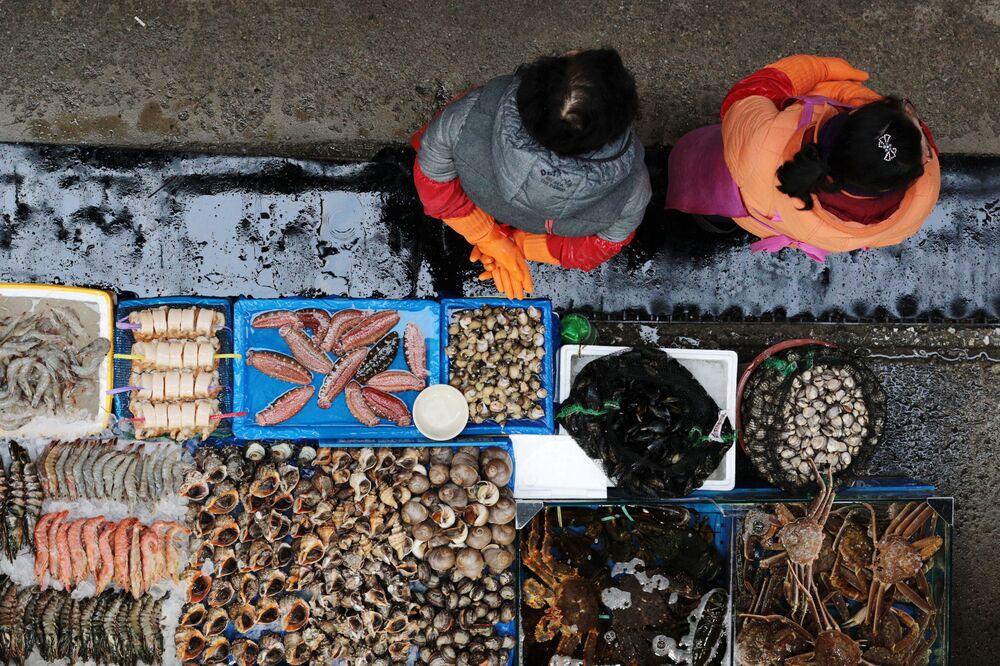 محل لبيع الأسماك في سوق نوريانجين في سيئول