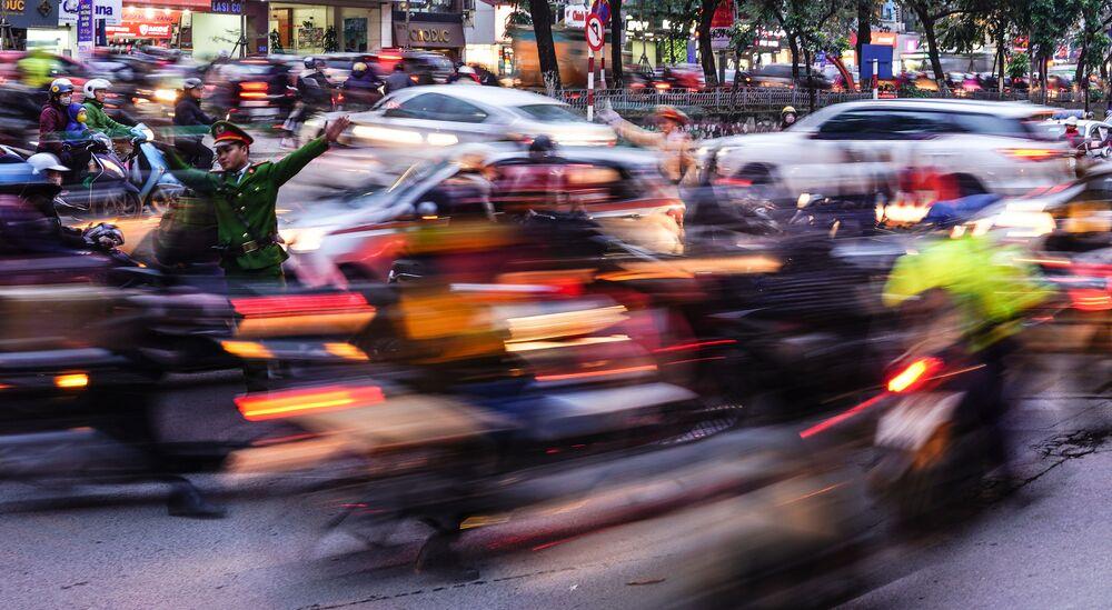 حركة المرور في مدينة هانوي، إحدى المدن المزدحمة في فيتنام