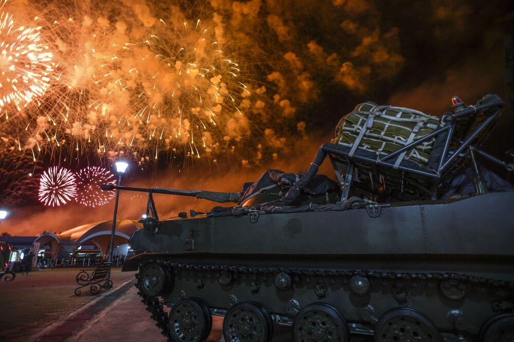 ألعاب نارية خلال مراسم ختام الألعاب العسكرية الدولية بياتلون الدبابات - 2018 في حقل ألابينو بضواحي موسكو