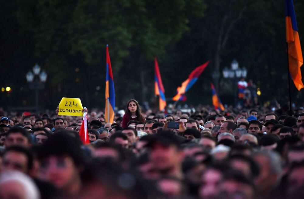 أنصار المعارضة الأرمنية في ميدان الجمهورية في العاصمة يريفان