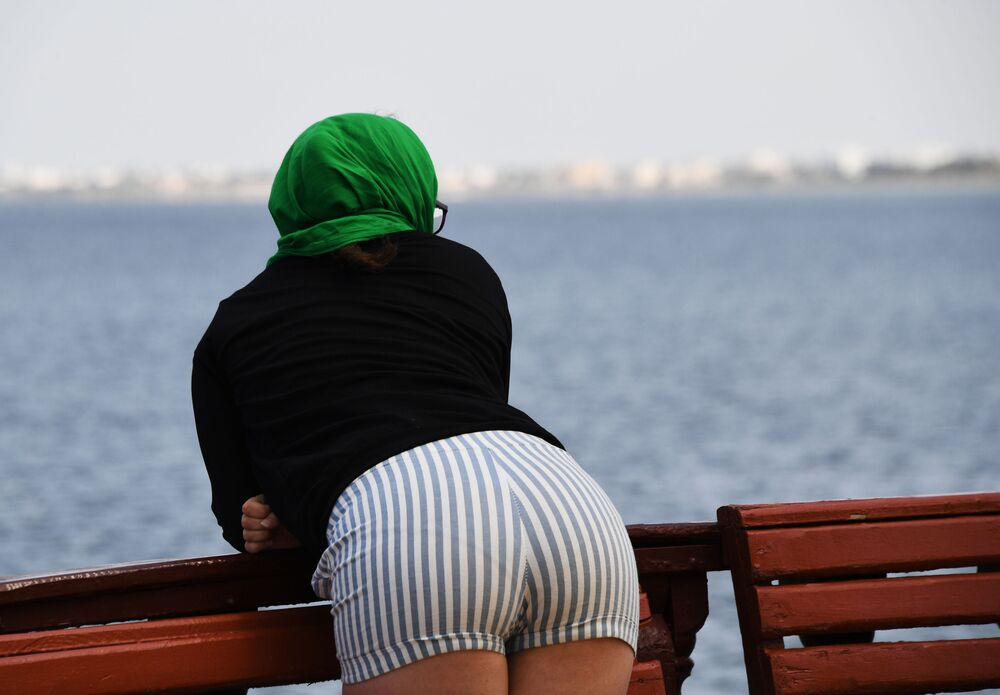 فتاة على شاطئ جزيرة جربة في تونس