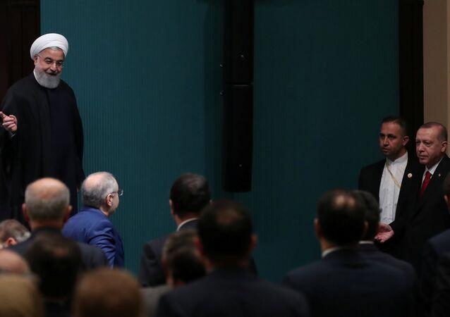 الرئيس الإيراني حسن روحاني في مؤتمر صحفي مشترك مع نظيره التركي في أنقرة