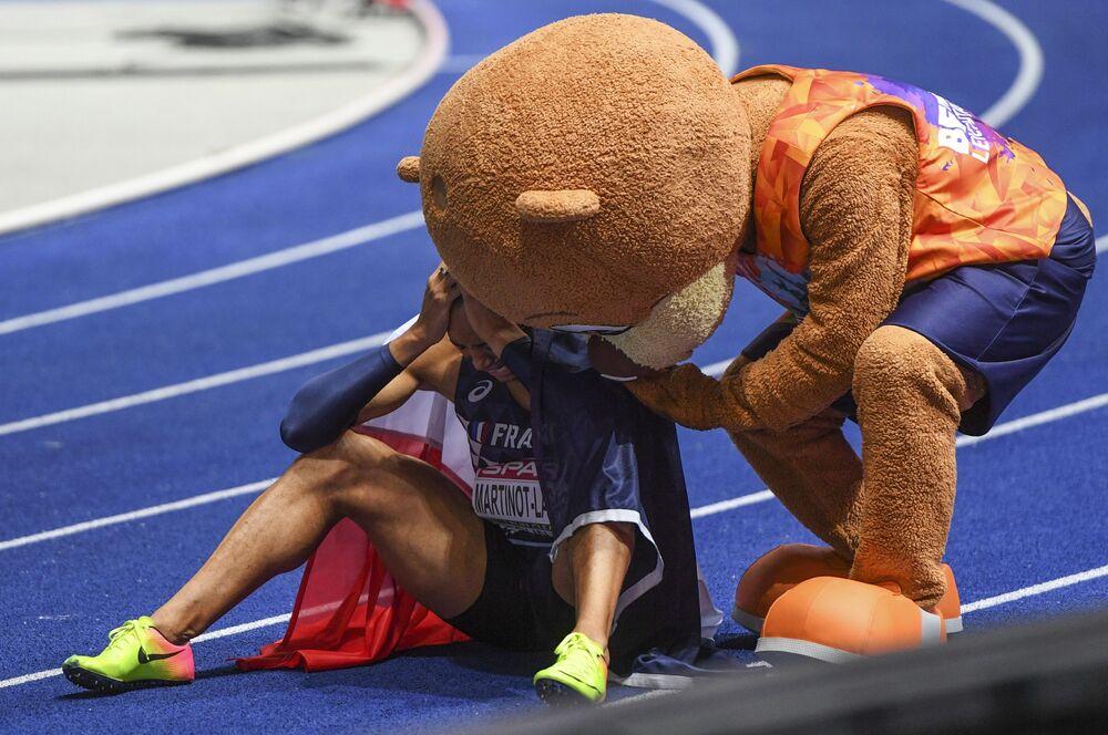 الرياضي الفرنسي باسكال مارتينو لاغارد، بعد سباق 110 متر مع حواجز للرجال، في بطولة الاتحاد الأوروبي لألعاب القوى في برلين