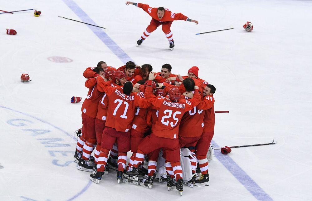 فريق الهوكي الروسي لحظة الفوز في المباراة النهائية ضد ألمانيا، في الألعاب الأولمبية الشتوية في كوريا الجنوبية، ويفوزون بذلك بالميدالية الذهبية