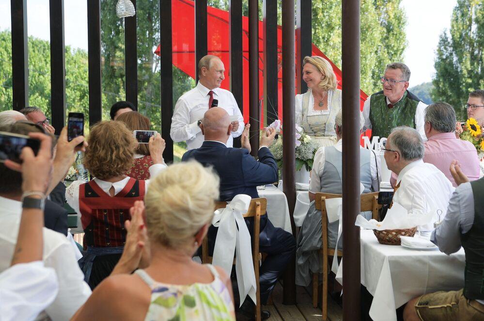 الرئيس الروسي فلاديمير بوتين يحضر حفل  زفاف وزيرة الخارجية النمسوية كارين كنايسل، النمسا 18 أغسطس/ آب 2018