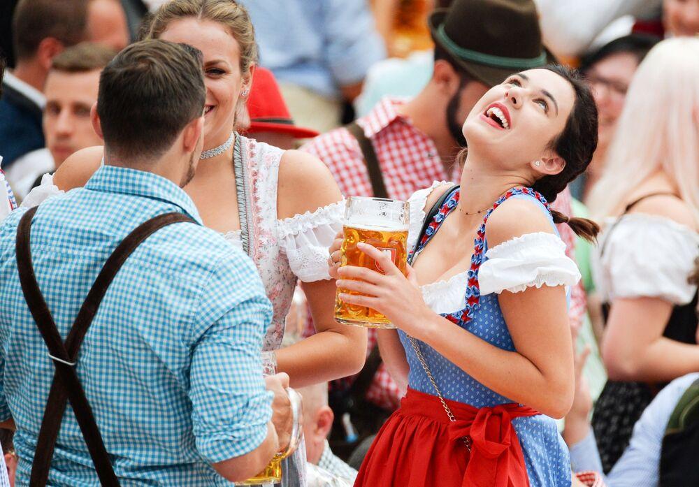 زوار في مهرجان أكتوبر فيست في ميونخ، ألمانيا 22 سبتمبر/ أيلول 2018