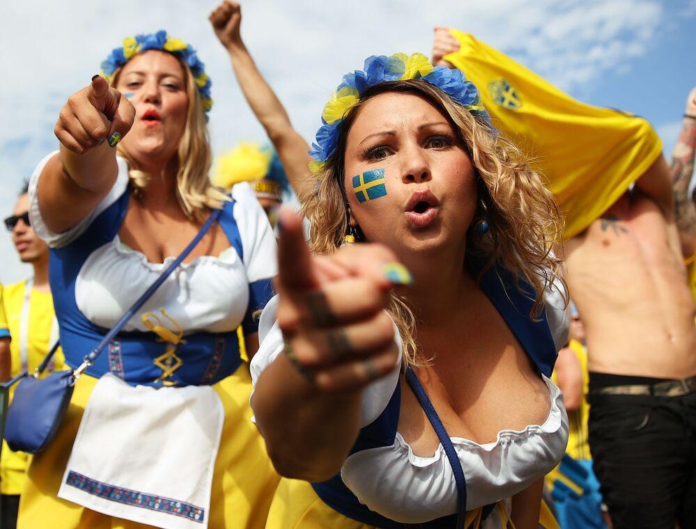 مشجعات المنتخب السويدي قبل بدء مباراة الربع النهائي بين إنجلترا والسويد