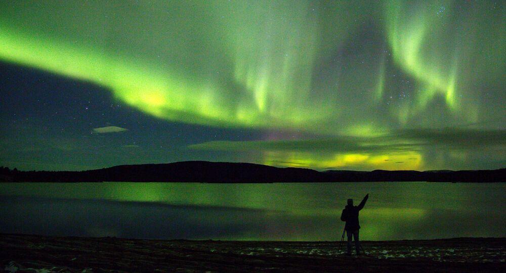 الشفق القطبي في ضواحي نهر أورا بإقليم مورمانسك الروسية