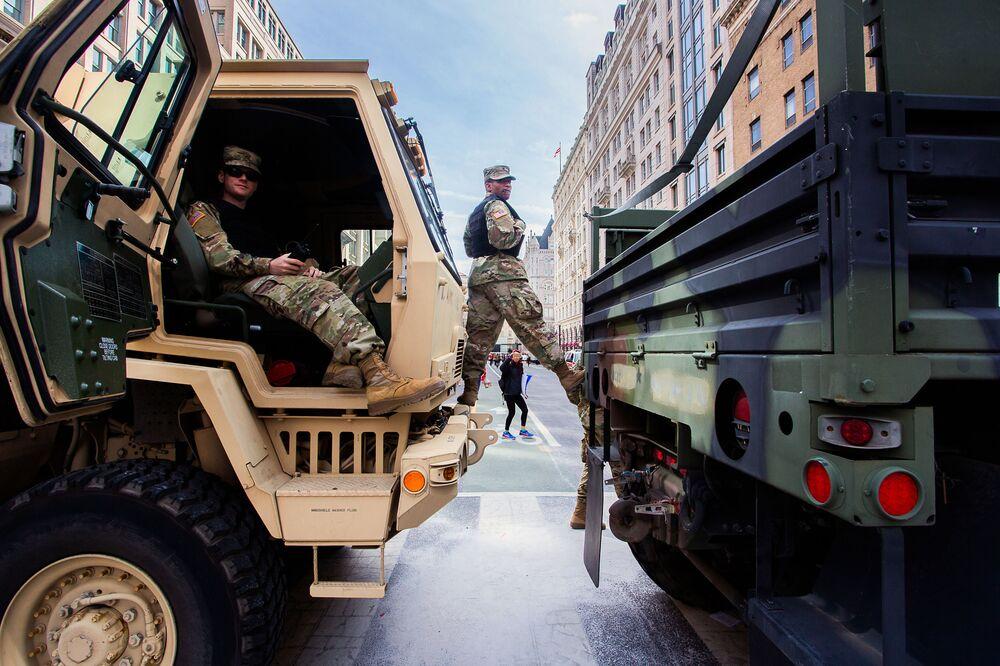 الحرس الوطني خلال مسيرة من أجل حياتنا في واشنطن، مطالبين بتشديد السيطرة على انتشار الأسلحة النارية في الولايات المتحدة