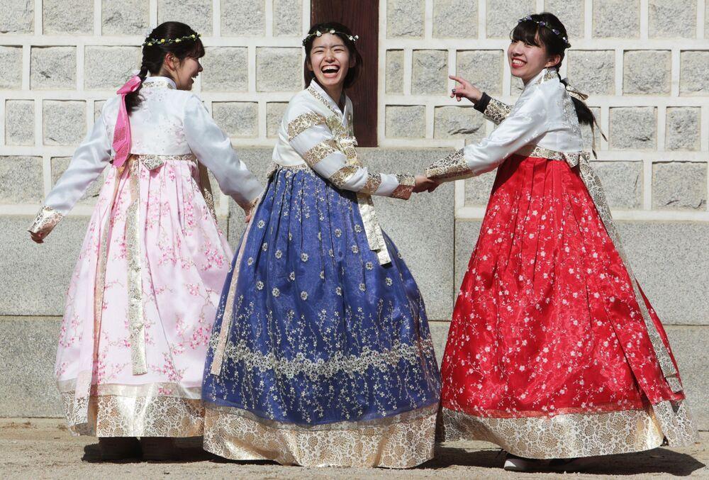 فتيات يرتدين أزياء تقليدية في مدينة سيئول، كوريا الجنوبية