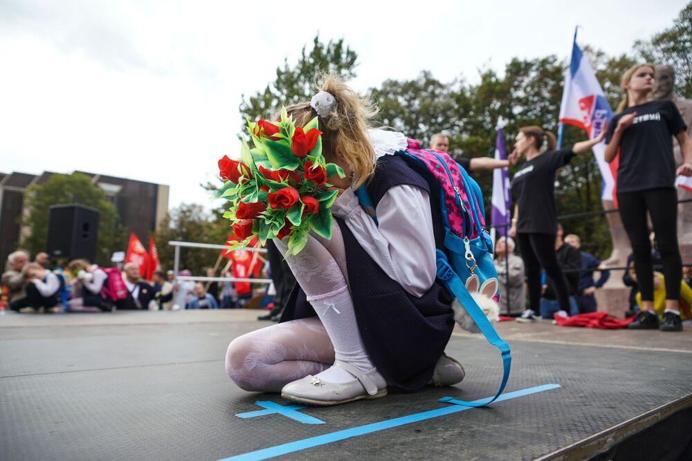 أطفال يقدمون عرضا بمناسبة فعالية مسيرة المدارس الروسية - خيارنا نحن في مدينة ريغا، لاتفيا