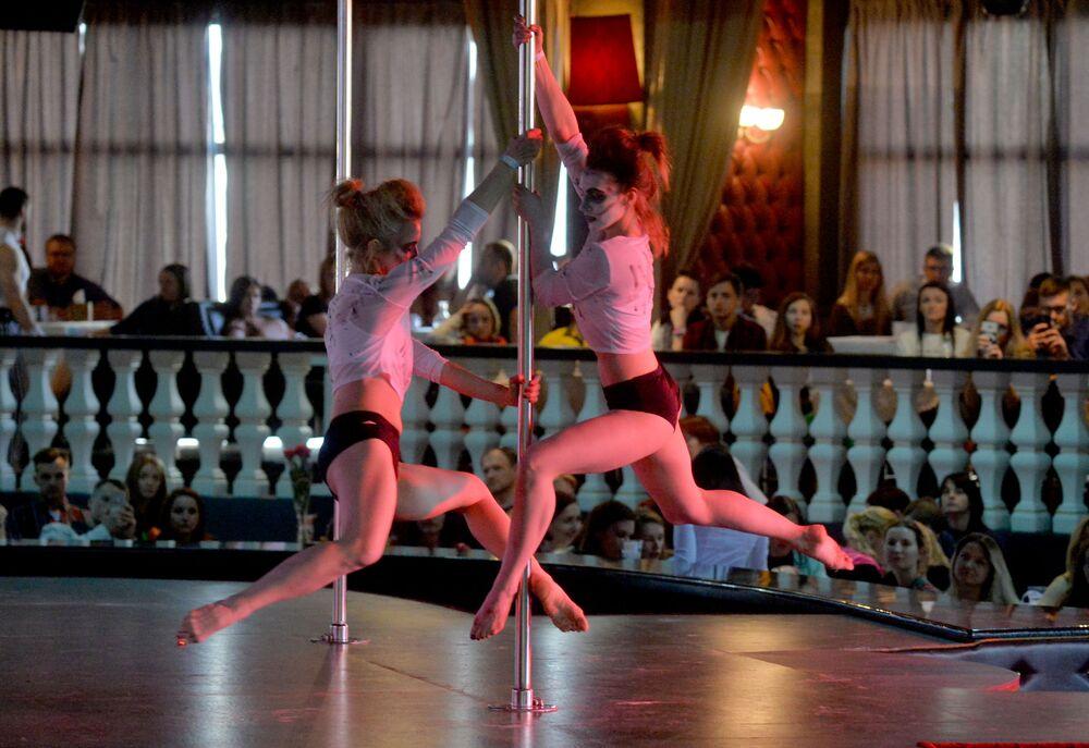 الفرقة الثنائية للرقص، الروسيتان يوليا موروزوفا وألغا ميخيفا، في عرض Pole art show 2018 في مينسك، بيلاروسيا