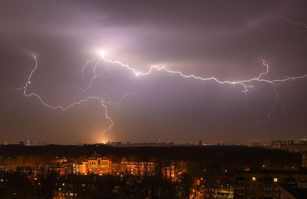 عاصفة رعدية ربيعية في موسكو