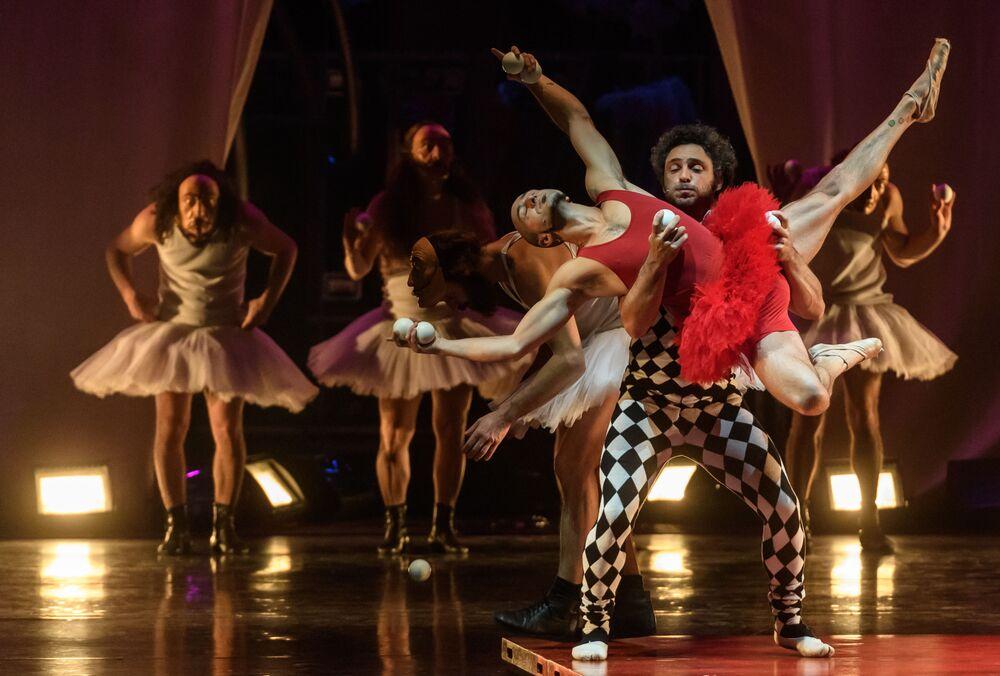 ممثلون مسرحية لا فيريتا في مسرح الدراما الكبير باسم توفستونوغوفا في مدينة سان بطرسبورغ