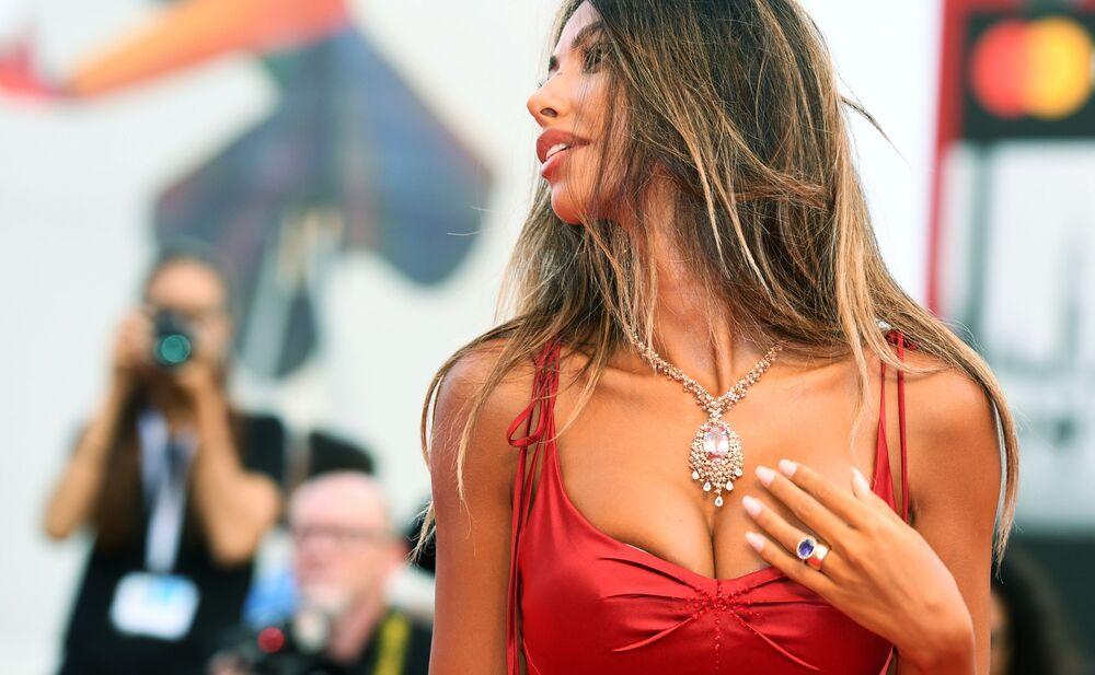 عارضة أزياء مادالينا غينيا في الحفل الـ 75 لمهرجان البندقية السينمائي