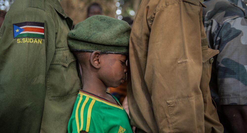 طفل من الجنود الذين تم الإفراج عنهم ينتظرون في طابور لتسجيلهم خلال حفل الإفراج في يامبيو جنوب السودان