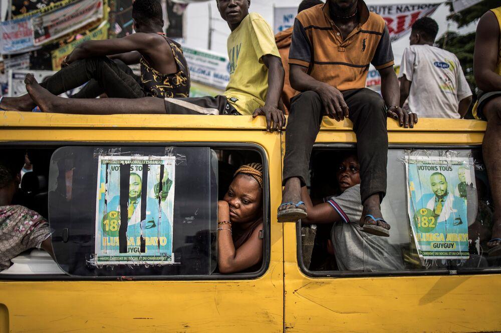 أنصار قائد الحزب المعارض مارتن فاولو، حافلة عمومية في كينشاسا، جمهورية الكونغو الديموقراطية، 19 ديسمبر/ كانون الأول 2018