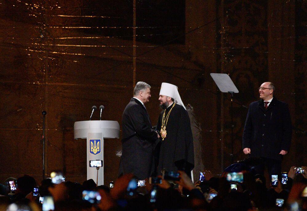الرئيس الأوكراني بيترو بوروشينكو مع أسقف الكنيسة الأرثوذكسية الأوكرانية الجديدة في كييف، البطريرك يليفاني، في ميدان سوفيسكي في مدينة كييف