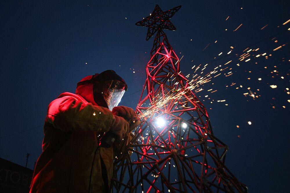 الفنانة الروسية ألكسندرا ويلد كوين (Weld Queen) تجهز شجرة عيد ميلاد غير عادية في مدينة تولا، روسيا
