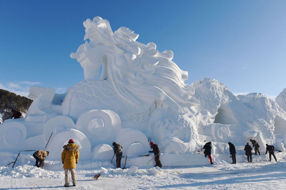 نحت لتنين ضخم مصنوع من الثلج، تم إعداده للموسم السياحي الشتوي في الصين 18 ديسمبر/ كانون الأول 2018