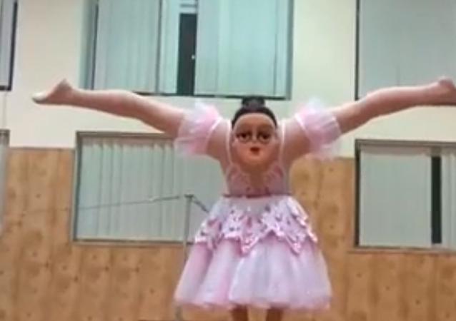 راقصة باليه برأسين تقدم رقصة غريبة