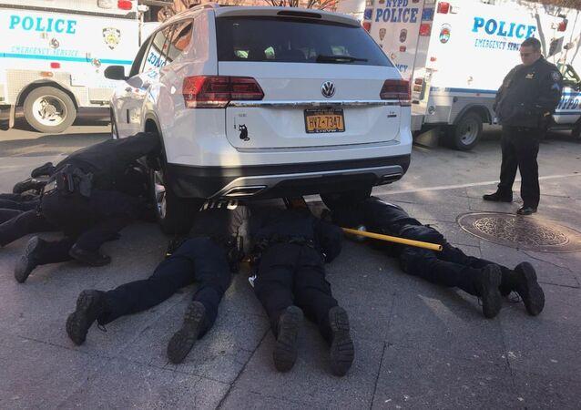 سبعة رجال شرطة يشاركون في عملية إنقاذ قطة عالقة تحت سيارة