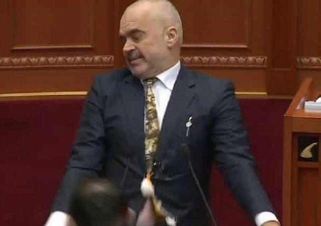 تعرض رئيس الوزراء ألبانيا للقذف بالبيض تحت قبة البرلمان