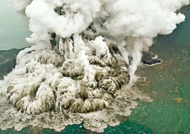 بركان آنكا كركاتو في إندونيسيا سبب تسونامي