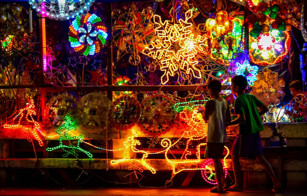 الأطفال أمام أضواء عيد الميلاد في مانيلا، الفلبين