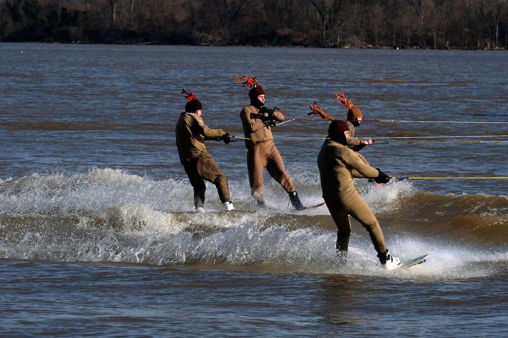 الناس في زي الغزلان أثناء التزلج على الماء في الولايات المتحدة